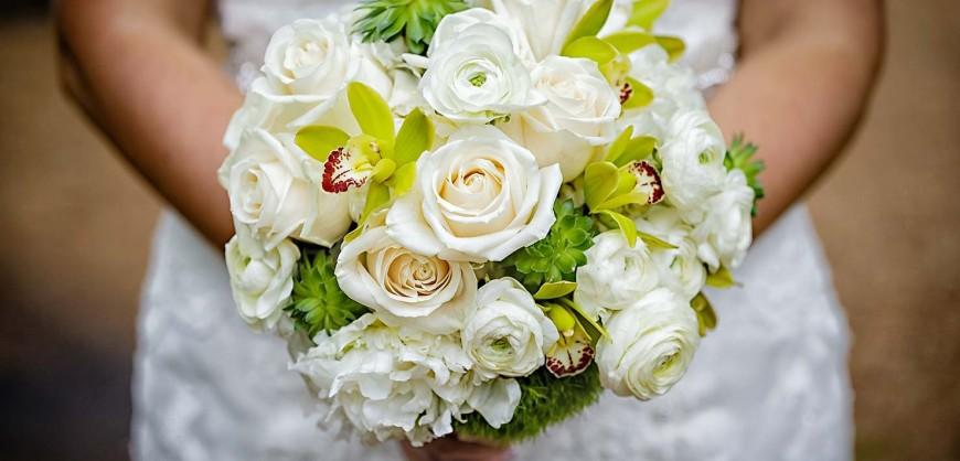 Stylish-Bouquet-Bride-Holding-White-Roses-Fresh-Idea-Wedding-1480x960_c