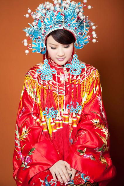 Traditional Chinese wedding dress, source Wikipedia